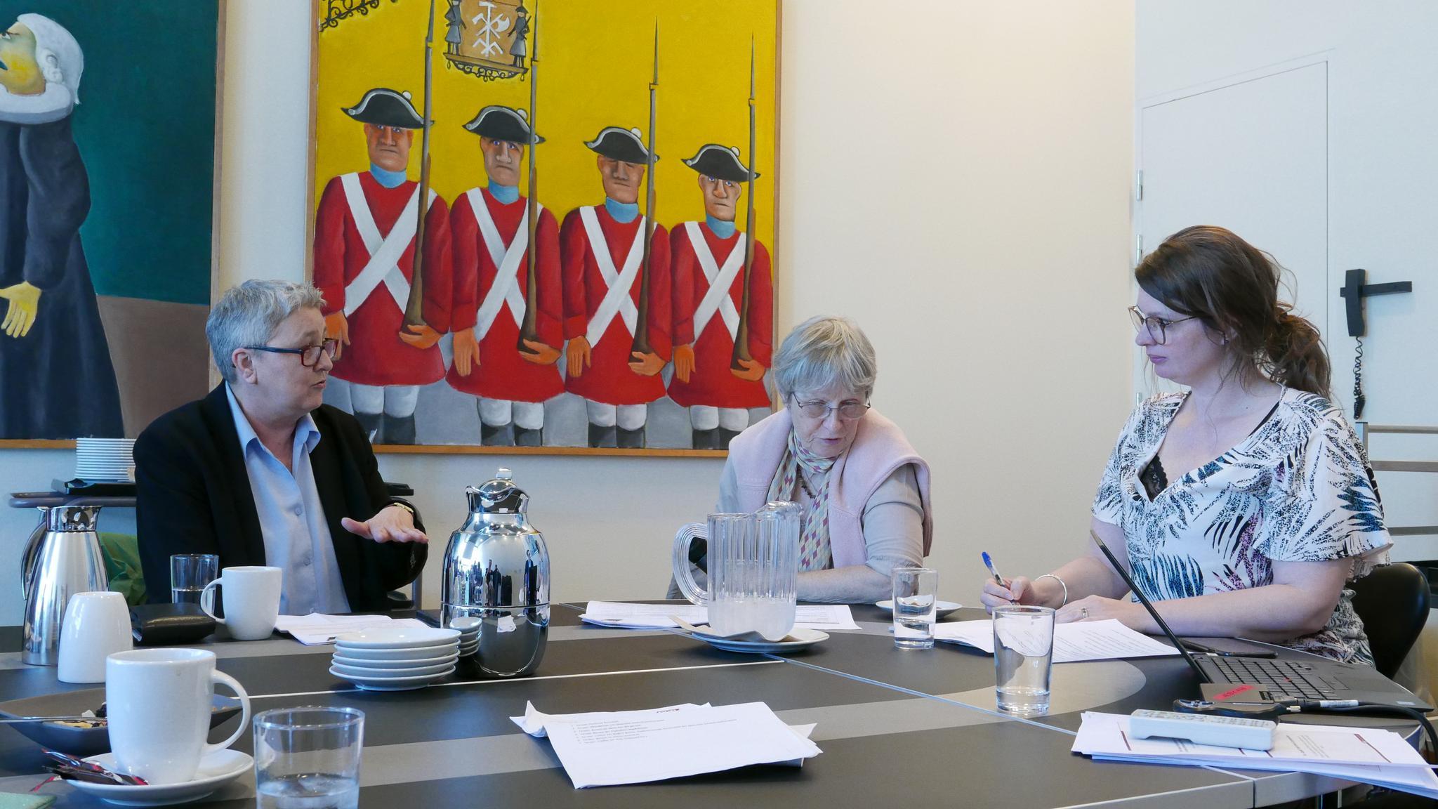 Elke Hannack (l.) im Gespräch mit Majbrit Berlau, stellv.  Vorsitzende des dänischen Gewerkschaftsbundes
