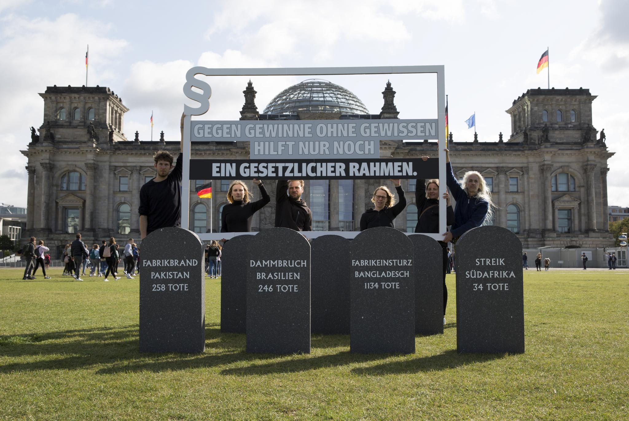 Aktion vor dem Berliner Reichstag zum Start der Kampagne: Gegen Gewinne ohne Gewissen hilft nur ein gesetzlicher Rahmen.