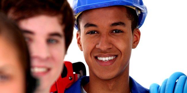 Jugendlicher mit Bauhelm, Auszubildender