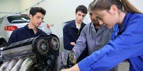 Auszubildende mit Ausbilder in Kfz-Werkstatt