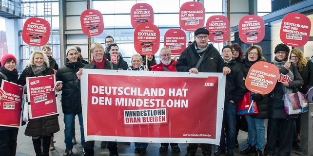 DGB: Pendleraktion zum Mindestlohn am Berliner Ostkreuz mit: DGB-Vorsitzender Reiner Hoffmann und DGB-Vorstand Stefan Körzell