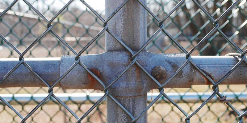 Stahlpfosten mit Maschendrahtzaun