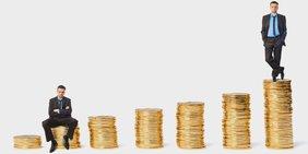 Männer auf Stapeln von Münzen, arm und reich