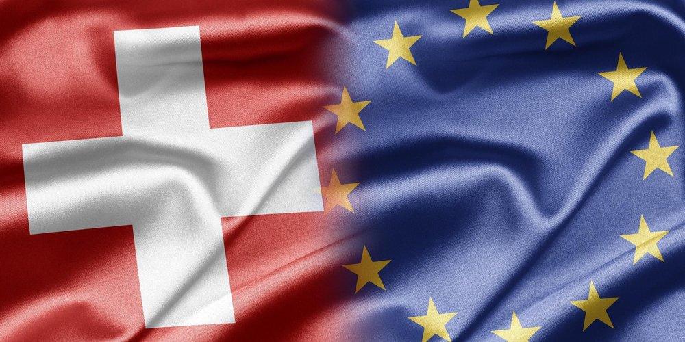 Flagge Schweiz und Flagge Europäische Union in einander laufend