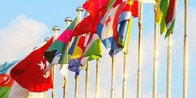 Fahnenmasten mit Flaggen diverser Staaten