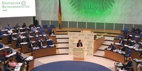 Halbtotale des Plenarsaals des alten Bonner Bundestags mit TeilnehmerInnen des Deutschen BetriebsräteTags 2017