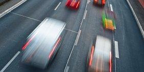 Pkw und Transporter auf Autobahn