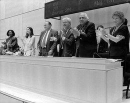 """Die """"Erklärung der IAO über grundlegende Prinzipien und Rechte bei der Arbeit und ihre Folgemaßnahmen"""" wird von der 86sten Sitzung der IAK angenommen, Genf, Juni 1998"""