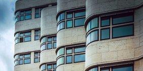Front des GASAG-Hauses in Berlin (wellenförmige Architektur)