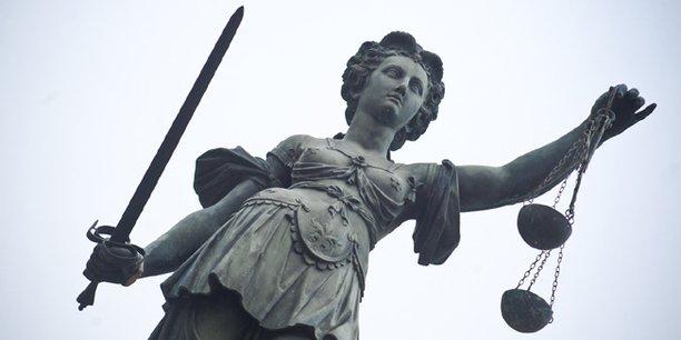 Eine Statue der Justitia, Personifizierung der Gerechtigkeit.