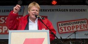 DGB Vorsitzender Reiner Hoffmann auf der Bühne, 9.4.16 München