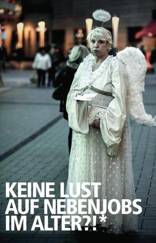 """Ältere Frau in Weihnachtsengel-Kostüm verteilt lustlos Flyer in Fußgängerzone, Dazu der Text """"Keine Lust auf Nebenjobs im Alter?"""""""