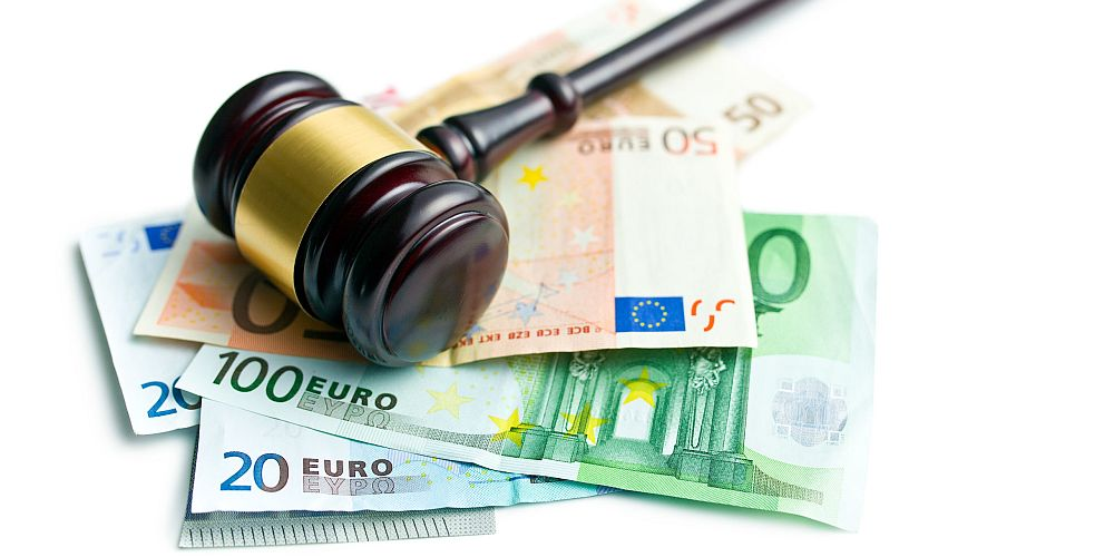 Richterhammer und Geldscheine
