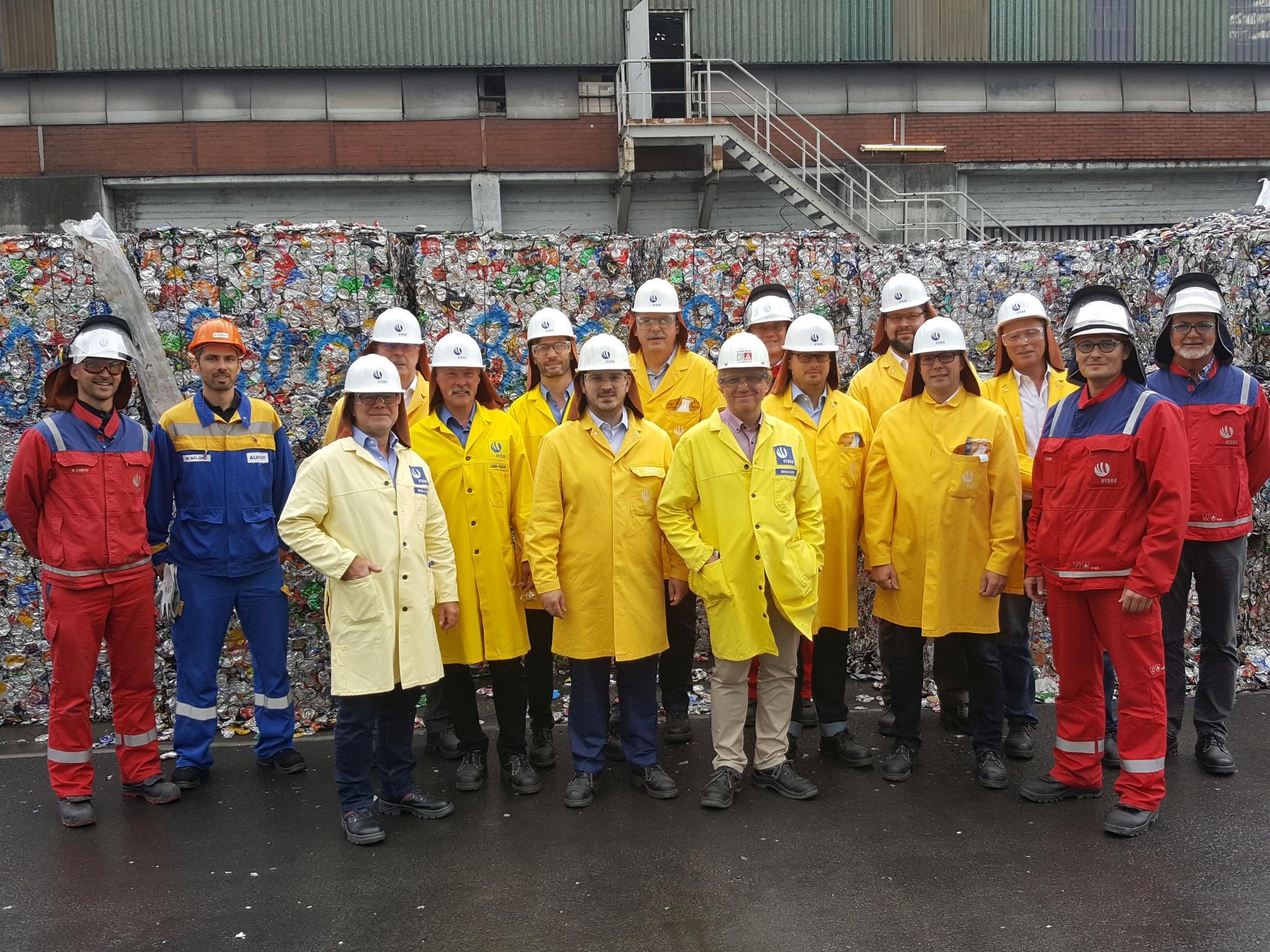 Gruppenbild mit Stefan Körzell bei Hydro Aluminium