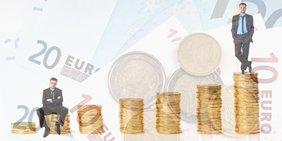 Symbild Einkommensunterschied: Zwei Männer sitzen / stehen auf kleinen, bzw. großen Münzstapeln