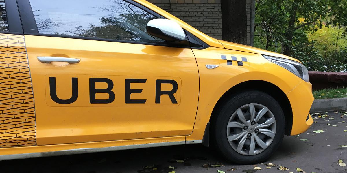 """Gelber PKW mit der Aufschrift """"Uber"""""""