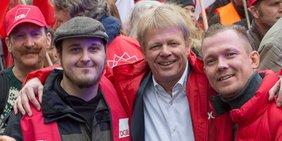 DGB Vorsitzender Reiner Hoffmann mit Kollegen, Kundgebung gegen den Missbrauch von Leiharbeit und Werkverträgen, 9.4.16 München
