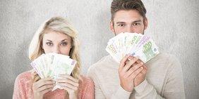 Mann und Frau halten Geldscheine in den Händen