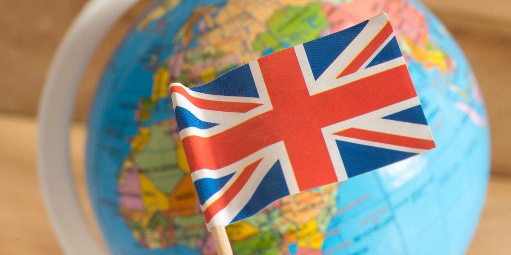 Britische Flagge vor Globus