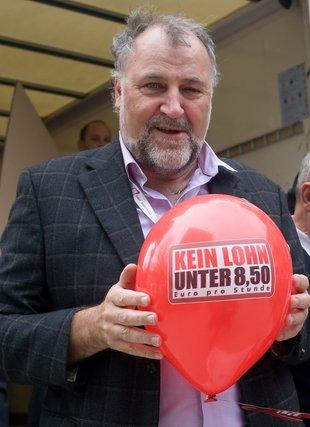 Klaus Wiesehügel NGG mit Mindestlohnballon