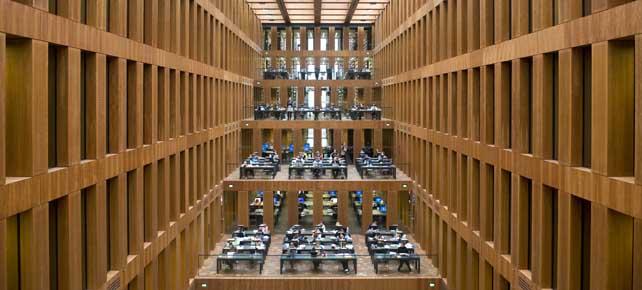 Blick in den Lesesaal des Jacob-und-Wilhelm-Grimm-Zentrum der Humboldt-Universität Berlin.