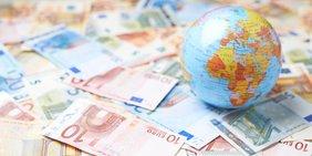 Miniatur-Globus auf Euro-Geldscheinen