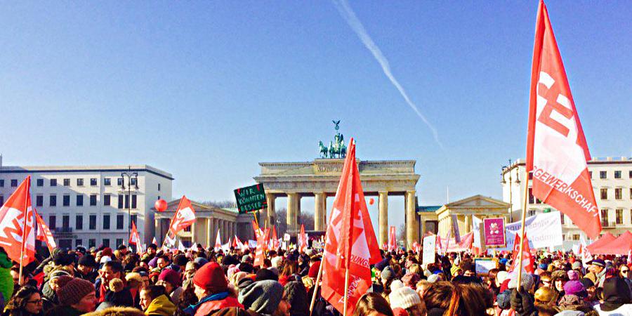Bild einer Demonstration vor dem Brandenburger Tor in Berlin
