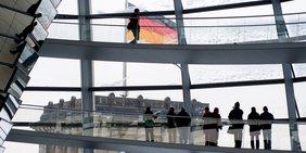 Menschen in der Bundestagskuppel