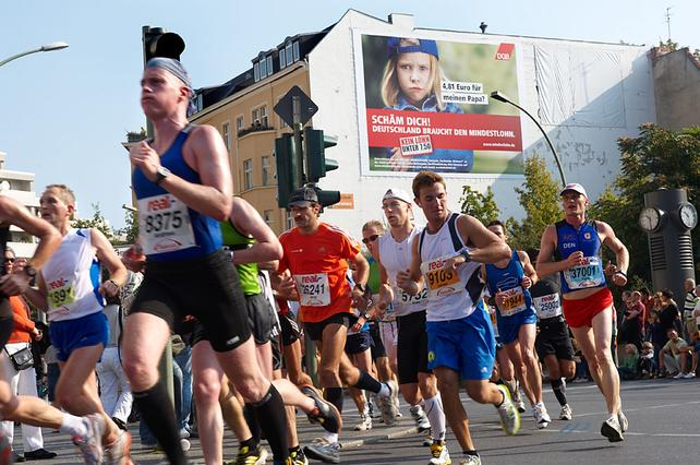 Riesenposter an der Berliner Marathon-Strecke platziert