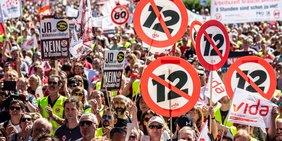 """Große Menge von Demonstrant/innen mit Schildern mit durchgestrichener """"12"""""""