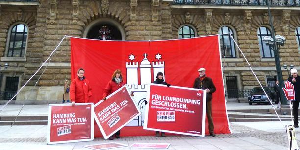 Aktion für Mindestlohn vor dem Hamburger Rathaus