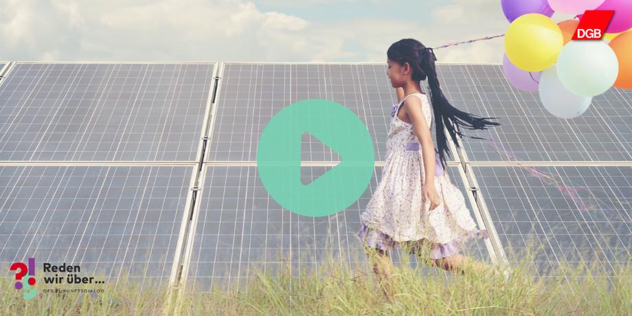 Mädchen mit Luftballons vor einer Solaranlage in einem Feld