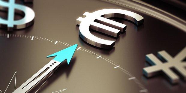 Pfeil zeigt auf Euro Zeichen