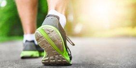 Beine eines Läufers mit Laufschuhen