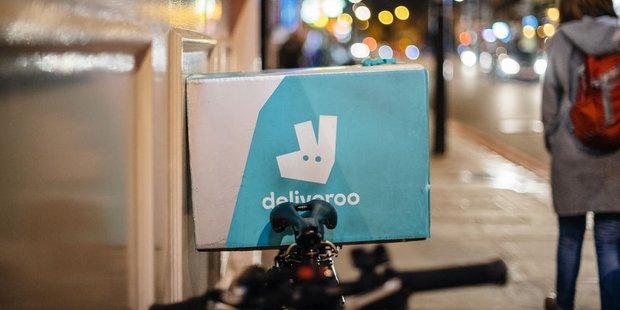 Fahrrad von Essensliederdienst Deliveroo lehnt an einer Hauswand