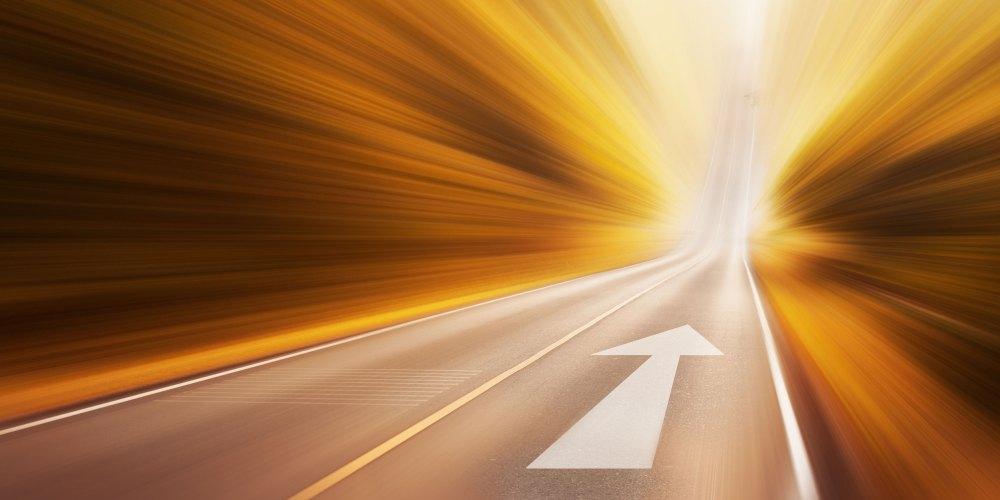 Straße mit aufgemaltem Pfeil nach vorn