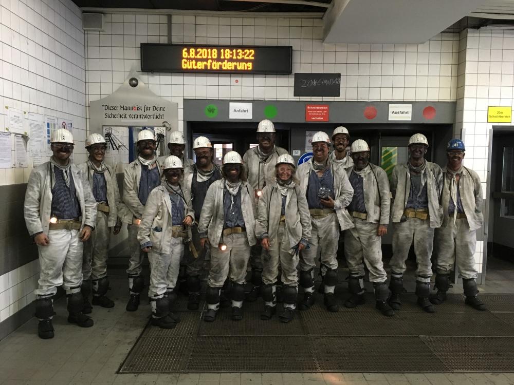 Gruppenfoto Stefan Körzell mit DGB-Team und Bergleuten in Bergmannskluft nach der Ausfahrt der Grube
