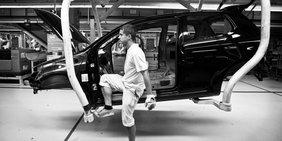 Arbeiter bei der Automontage Volkswagen