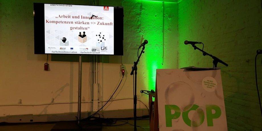 Gruen beleuchtete Buehne vor der Session des DGB auf der re:publica 2018