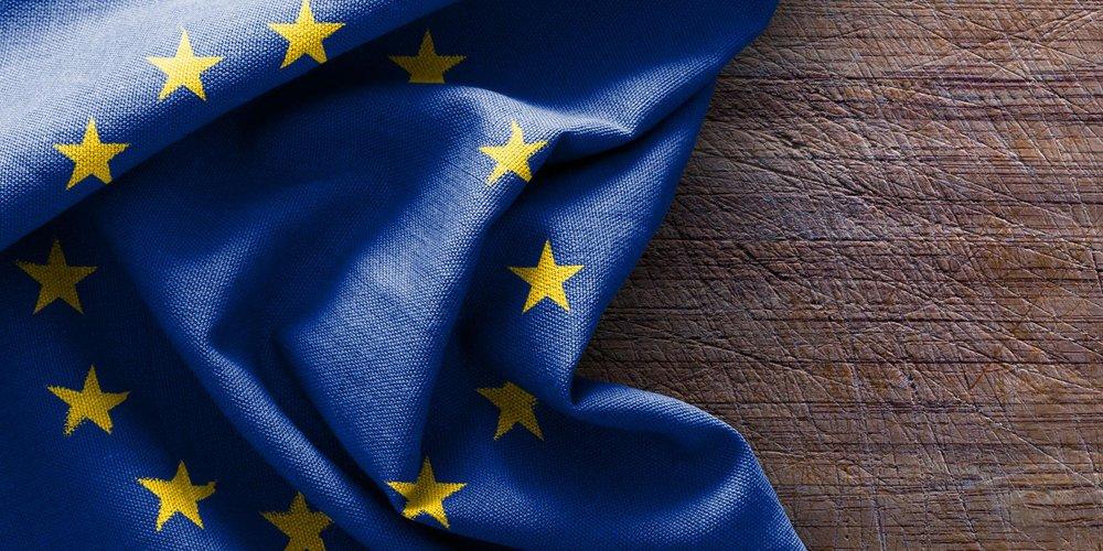 Europa-Flagge auf Holz