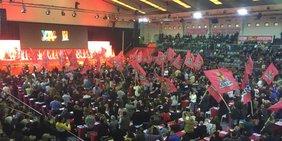 Wehende Fahnen in der Kongresshall beim Kongress des kommunistischen Gewerkschaftsbundes CGTP-IN