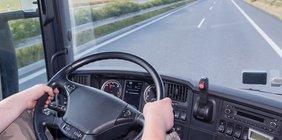 Blick aus dem Cockpit eines LKW auf die Straße