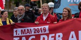Reiner Hoffmann bei Maidemo in Leipzig. Links: Bernd Günther, ehemaliger DGB-Vorsitzender Leipzig Leipzig. Links: Isabelle Schoemann, DGB