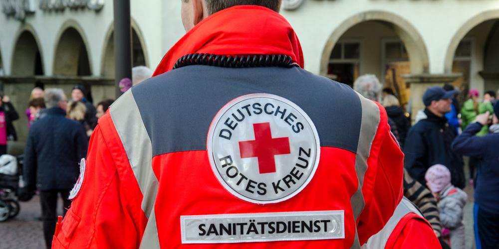 Rücken von Sanitäter mit Aufschrift Rotes Deutsches Kreuz