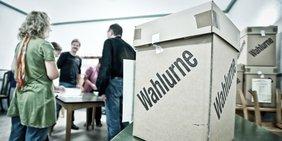 Wahllokal mit Wahlurne
