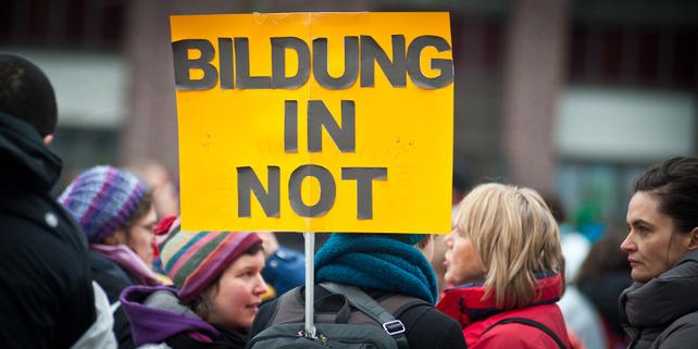 "Demo Schild ""Bildung in Not"""