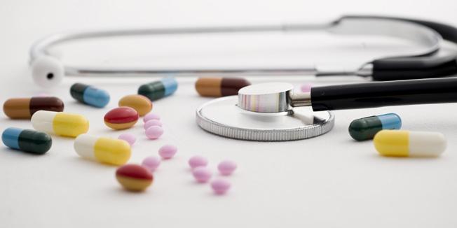 Stethoskop und Tabletten