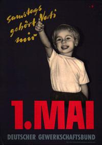 """Maiplakat von 1956: Ein fröhliches Kind streckt den rechten Zeigefinger mit dem Arm nach oben. Der Slogan: """"Samstags gehört Vati mir."""""""