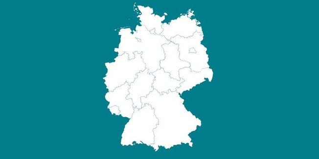 Zeichnung: Grüner Tafeluntergrund mit Kreidezeichnung der Umrisse Deutschlands inklusive der Grenzen der Bundesländer