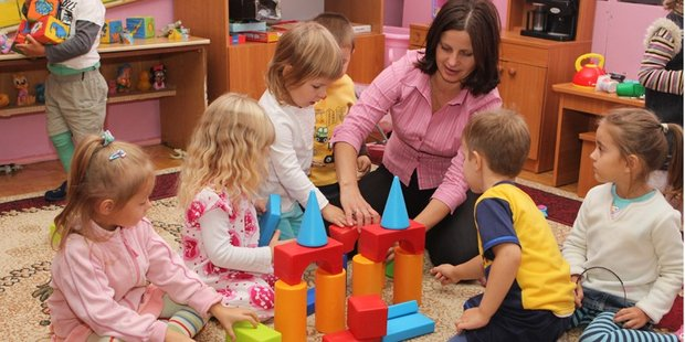Erzieherin spielt mit Kindern